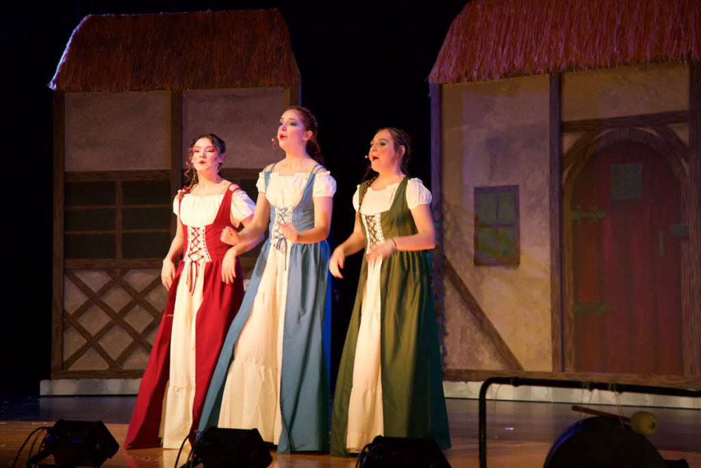 three maisens sing