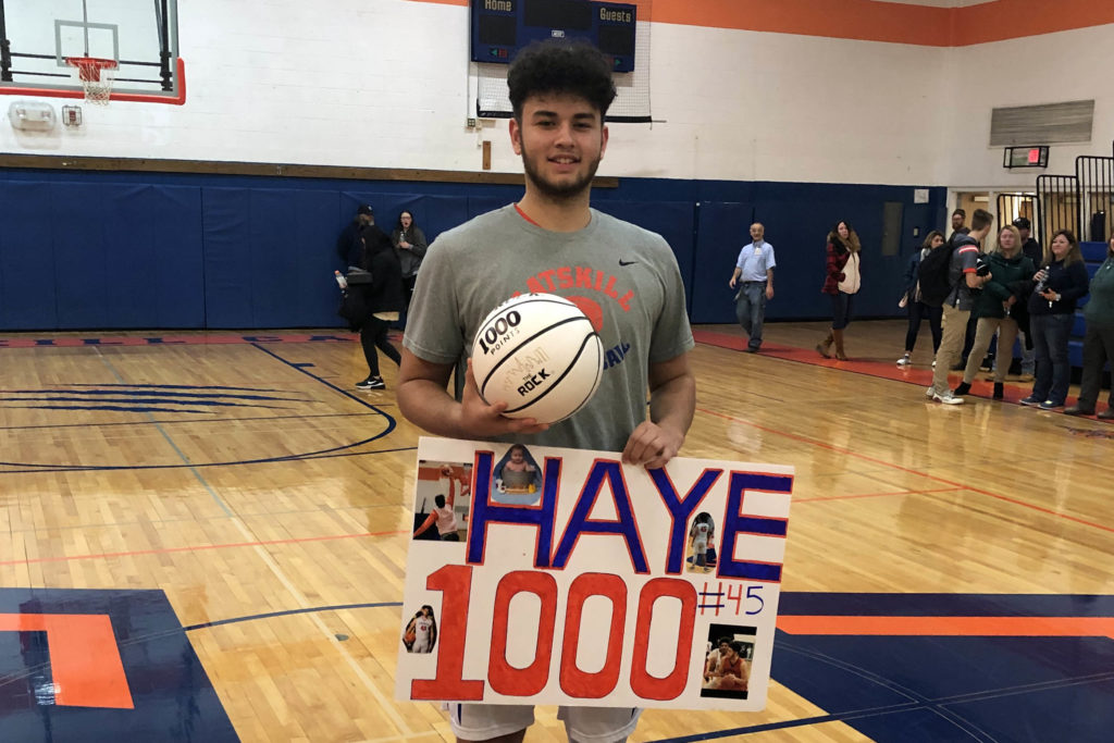 Devon Haye holding 1,000 basketball and sign that says Haye 1000